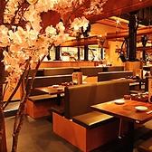 綺麗な店内を一望できるテーブル席もご用意させていただいております!プリプリのもつ鍋とアツアツの餃子。そして種類豊富な日本酒をお楽しみください。レトロな雰囲気で昔懐かしい気持ちになること間違いなし!ご宴会にもご利用いただけます♪