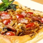 パイ生地トマトソースピッツァ☆パリパリのパイ生地で仕上げたピザはトマトソースでさっぱり仕上げ♪
