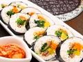 料理メニュー写真キムパ (韓国風海苔巻き キムチ付)
