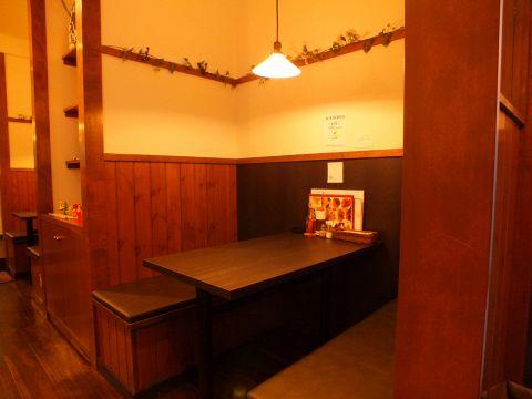 木を基調とした温かみ溢れる落ち着いた雰囲気のボックス席は、デートなどにもオススメ◎前菜をつまみながらワインをゆっくり楽しむのも良し、ご家族でお食事を楽しむのも良し。リーズナブルに心ときめくひとときをお過ごしいただけるアットホームなお店です☆