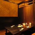 【4名様席】昔の日本家屋を思わせるなんとも落ち着く店内。人気のソファ席でゆったりおくつろぎ下さい。美味しいお酒とお食事のほか、旬の食材を使用した自慢のお料理と豊富な種類のドリンクをお楽しみ頂ける飲み放題付宴会コースを各種ご用意しています。鍋パーティ・合コンなど様々なシーンにも◎