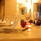 <テーブル>白を基調としたおしゃれな店内。女子会、ママ会、グルメ会にどうぞ♪
