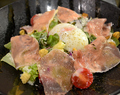 料理メニュー写真生ハムと半熟卵のシーザーサラダ