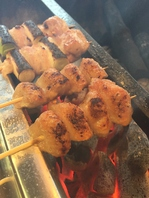 鮮度抜群!大山鶏の焼き鳥と栃木県産豚を備長炭で焼く