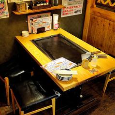 【1F】テーブル席(4名様掛け)レジ横のスペースは4名様と6名様のテーブルが3卓ずつ並んだお席となっています。前後には仕切りがあり、テーブル間には広い通路もありますので、周りを気にせずお食事を楽しんで頂けます。