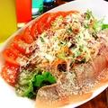 料理メニュー写真生ハムとトマトとチーズのイタリアンサラダ