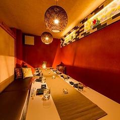 全席完全個室の店内は、お部屋ごとに特色のあるプライベート個室空間となっております。木の温もりと淡い灯りに包まれた個室空間は、都会の喧騒を忘れ去る癒しの空間となっております。時間を気にせずにごゆっくりとお食事、ご宴会をお愉しみ頂けます。団体様のご宴会も、少人数様のご宴会も個室にてご対応。