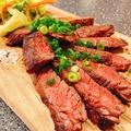 料理メニュー写真鉄板焼き牛ハラミのカットステーキ