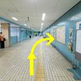 【道案内2】駅構内の看板表示に従い、1番出口を目指します。(突き当り右側を道なりに進む)