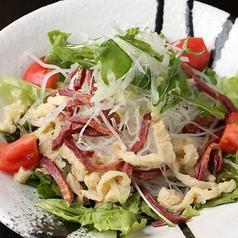 料理メニュー写真熊本 南関揚げ豆腐と燻製馬タンのサラダ