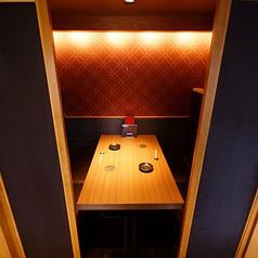半個室のお席。少人数の仲間内でのご宴会にぴったりの大きさです。個室なので、周りを気にすることなく京料理を楽しみながらゆったりとお過ごしいただけます。[河原町 居酒屋 和食 京料理 個室 貸切 飲み放題 宴会  誕生日 記念日]