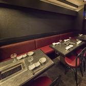 店内はブラックを基調としたシンプルなインテリアでまとめられ、落ち着いた雰囲気の中で食事が楽しめます。半個室は4~6名様までご利用可能。記念日や接待、ご家族連れのお食事などにも最適です。東京八重洲店限定企画もご用意しております。様々な幹事様に優しいクーポン特典などもございます!!是非ご活用下さい。