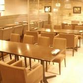 開放感あふれる明るく広々とした店内のテーブルのお席です♪こちらは着席約54名まで対応可能な半貸切スペースにもご利用いただけます。店内半貸切は立食約70名様まで対応可能でございます。ビュッフェスタイルでの宴会も可能です。ぜひお気軽にご相談ください。