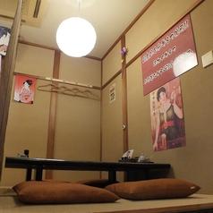 【お座敷右】3つに分けられたお座敷席。4名×3テーブル。人数に合わせて対応できます。