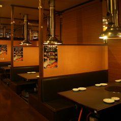 6名テーブルは仕切りがあるので個室感覚で利用できます。