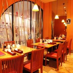 【ガラス貼りの開放的なテーブル席】我々、鼎泰豐は今後もお客様のご満足を第一に、今後もクオリティーとサービス向上、安心、安全にこころがけさらなる美味しさを目指します。世界10大レストランに選ばれたレストラン★ 鼎泰豊カレッタ汐留店へ是非一度お越しください。