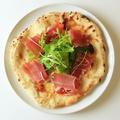 料理メニュー写真生ハムとルッコラのオイルピザ
