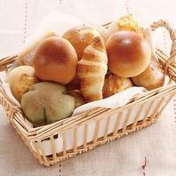 焼き立てのパンをお好きなだけ。