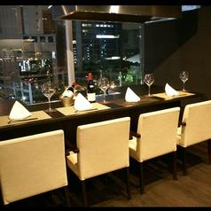 夜景と鉄板焼を両方楽しめる人気のカウンター席。ご予約はお早めに