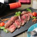 料理メニュー写真特選黒毛和牛「ウチヒラ」香草マリネのローストビーフ