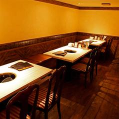 【半地下のテーブル席】4名掛けテーブルが3つございます。9名以上でフロア貸切ができます。プライベート感のある宴会や合コンに◎