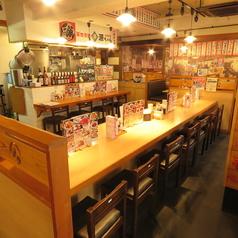 活気ある雰囲気が伝わってくるカウンター席はお一人様も大歓迎!味のあるカウンターテーブルに、店内のいたるところに貼られた美味しそうな料理メニュー、にぎやかな雰囲気の店内で美味しい海鮮料理をご堪能下さい。