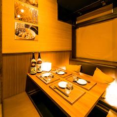 新宿東口店の半個室は2名様からご利用可能。周りを気にせず、ごゆっくりとお過ごしいただけます。自分だけのプライベート空間を、新宿東口でどうぞお愉しみください。居酒屋宴会・個室女子会にも◎(新宿東口・居酒屋・個室・焼き鳥・飲み放題・安い)