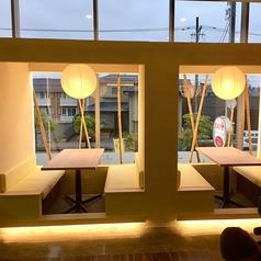 【総席数45席】温かみのある照明と・広々としたテーブル席です。清潔感のある綺麗な店内でご友人やご家族・恋人とゆったりとしたお時間をお過ごしください☆