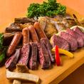 美味しいお肉にこだわる肉バル!良質なお肉を低価格でご提供できる理由は、肉問屋の直営だからです!生肉を販売する肉問屋は鮮度が命!徹底した品質管理のもと、冷凍ものではなく生の状態で仕入れご提供いたしますので、肉本来の旨みや甘みといった素材の味が堪能できます。自慢の肉バルメニューをぜひ一度ご賞味ください。