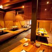 1F 掘りごたつ。広々とした店内は解放感たっぷり。明るく賑やかな店店内で「篠島」の料理を堪能してください。飲み物は50種の焼酎、15種の日本酒、金シャチクラフトビールなど珍しいものも。