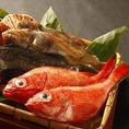 北海道・静岡・気仙沼の漁港から産地直送で仕入れた新鮮な魚をお召し上がりいただけます。金目鯛、ホウボウ、キンキ、エゾメバル、アジなど、種類も豊富に仕入れております。鮮度抜群の魚1本や干物を職人が心を込めて調理いたします。こちらの厳選素材を使用した海鮮料理を、ぜひ当店自慢の日本酒とお召し上がりください。
