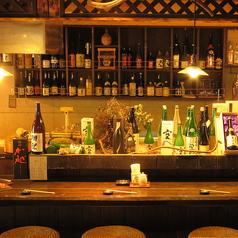 大人気のカウンター席! お酒の専門家とお話しが出来るとあって当店の1番人気席。最近では女性のお客さんが多いですね