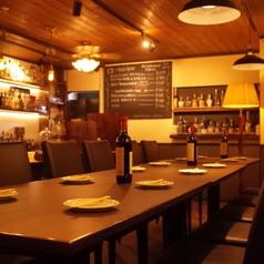 グループでのご来店ならテーブルもおススメです。フードメニューも充実の内容でお食事や、ご宴会にもご利用いただけます。