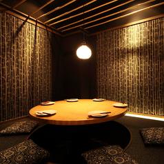 【掘りごたつ】【竹の間】6名様用個室のお写真☆皆でなごむテーブルに、照明のお洒落な明るさで最高の雰囲気を醸し出します☆接待なので大活躍の小団体様向けの個室で、お洒落店内と雰囲気でお酒が進むこと間違い無し☆ぜひ体感してみてくださいね♪大きな丸いテーブルで自慢のお酒と創作料理をお楽しみください☆