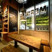 店内入口から左側に位置する5名様用のテーブル席。美しい木目のテーブルとイスがオシャレ感を演出。角にある席なので、個室のような感覚でお過ごしいただけます。窓からは、ビルに行き交う人々の姿も見えて、開放感もバツグンの席です。
