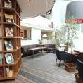 本棚の本・雑誌は自由に閲覧可能。コーヒー片手にゆっくりご覧頂けます!