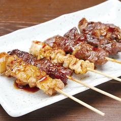 料理メニュー写真おまかせ串焼き5本盛り合わせ(牛・豚・鶏)