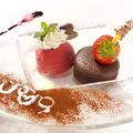 料理メニュー写真熱々のフォンダンショコラ バニラのアイスクリームを添えて