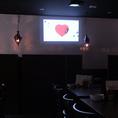 大型スクリーンは2面使えます。誕生日のお祝い・結婚式二次会・貸切宴会に最適です!マイクなど音響設備も完備しています!