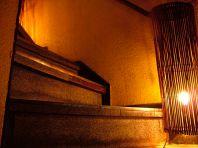 木造りの階段を登ると…