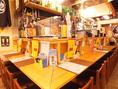 テーブル席同様にカウンター席も広々としており、お一人様でゆっくりとお過ごしいただいても良し!隣同士に座り、飲み語らうのも良し!