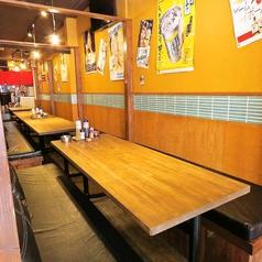≪4名様用テーブル席≫木のぬくもり溢れる店内はとても温かい雰囲気。当店自慢のお料理の数々を、心ゆくまでご堪能くださいませ。宴会プランも充実♪