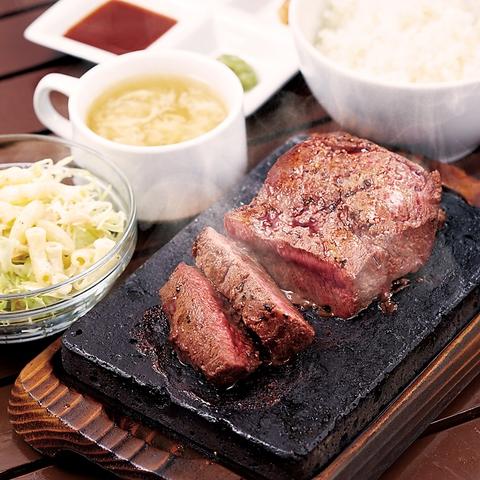 九州初上陸!!富士溶岩石で喰らう牛肉の塊ステーキは圧巻!!