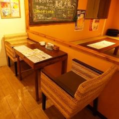 ゆったり腰かけられるソファのテーブル席をご用意しております。沖縄料理とお酒を堪能しつつ、さらにライブでも楽しみいただけます。
