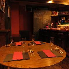 テーブル席は4名席1卓。丸テーブルを使用していますので広々とご利用いただけます!