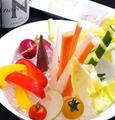 料理メニュー写真旬の彩りスティック野菜/水牛モッツァレラチーズと完熟トマトのサラダ
