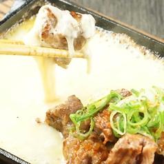 料理メニュー写真牛サイコロステーキ~とろける炙りチーズとゆず七味で~