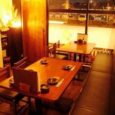 外の夜の光がほんのり差し込むテーブル席は4名~最大で10名までOK。少人数の集まりには最適です。