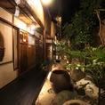 ≪風情溢れる雰囲気抜群の居酒屋≫日常の喧騒を忘れさせる大人な空間「博多ノ飯場 なごみ」。優しい照明の灯る落ち着きのある店内でゆったりとお料理とお酒をお楽しみいただけます。また、縁側もありますので、ゆったりと腰を落ち着かせながら中庭を眺めることもできます。