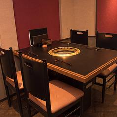 最大4名様までご利用いただけるテーブル席。個室ではありませんが、他のお席は小上がりや個室になっているので、周りのお客様を気にすることなくお食事を満喫していただけます。ベージュやエンジ、茶色が基調となった落ち着いたインテリアで居心地は抜群!お気軽にお越しください。